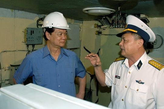Trưởng nhà máy đóng tàu giới thiệu với Thủ tướng về cơ chế hoạt động, tác chiến của tàu