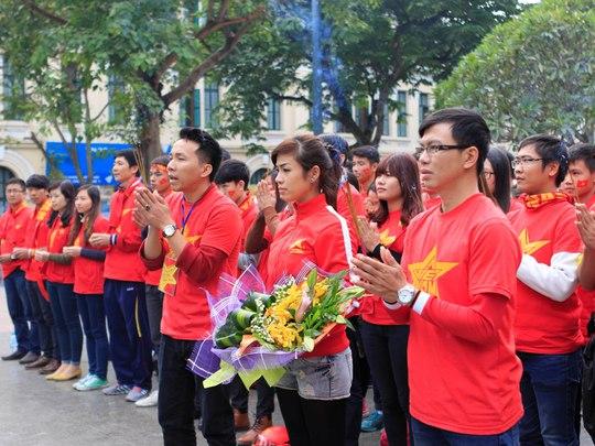 Các cổ động viên thắp hương trước tượng đài Lý Thái Tổ