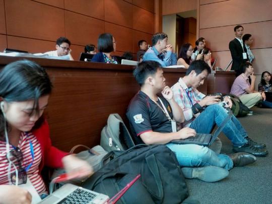 Phóng viên ngồi ngay dưới ghế đại biểu