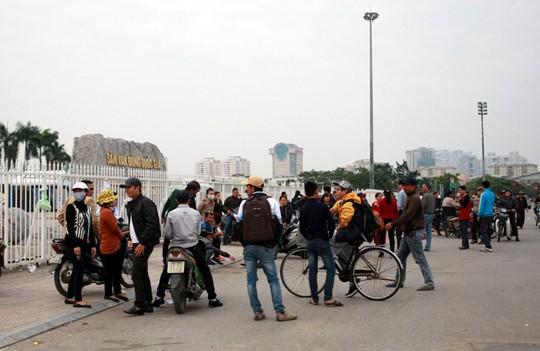 Những cổ động viên tìm mua vé xung quanh sân Mỹ Đình ngay trước giờ G