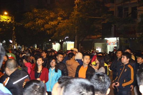 Mọi người tràn cả ra đường khiến trục đường Bà Triệu bị tắc nghẽn