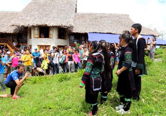 Tiết mục văn nghệ của các em đến từ Sa Pa O'Chau - một tổ chức từ thiện tại địa phương