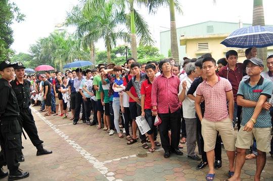 Người dân xếp hàng dài chờ mua vé