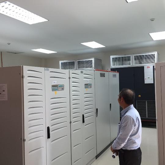 """Là người trực tiếp phụ trách kỹ thuật của VATM, ông Nguyễn Văn Thắng cho biết các nguồn điện cung cấp cho thiết bị không lưu được đấu với 4 thiết bị lưu điện UPS. Trường hợp mất điện lưới, hệ thống sẽ tự nhảy sang điện máy phát. Nếu """"chết"""" cả 2 nguồn điện lưới và máy phát, 4 UPS này có khả năng cung cấp điện cho cả hệ thống trong vòng 4 giờ"""