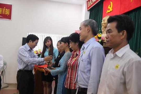 Ông Trần Ngọc Minh, Phó Bí thư Thường trực Đảng ủy Tổng Công ty Thương mại Sài Gòn, trao giấy khen cho các cá nhân xuất sắc