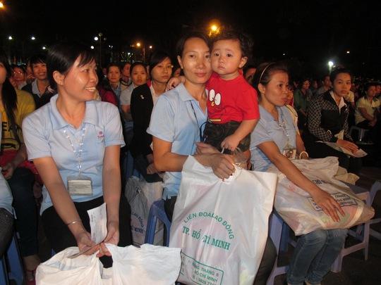 Niềm vui của công nhân các KCX-KCN TP HCM khi nhận quà Tết do LĐLĐ TP gởi tặng ẢNH: THANH NGA