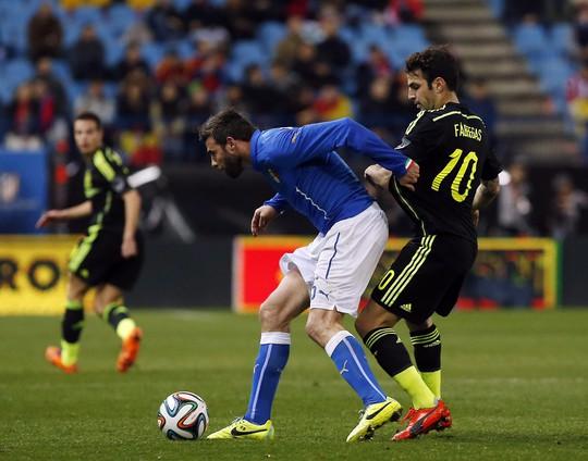 Tuyển Ý (áo xanh) vừa nhận thất bại 0-1 turớc Tây Ban Nha khi mặc chiếc áo mới