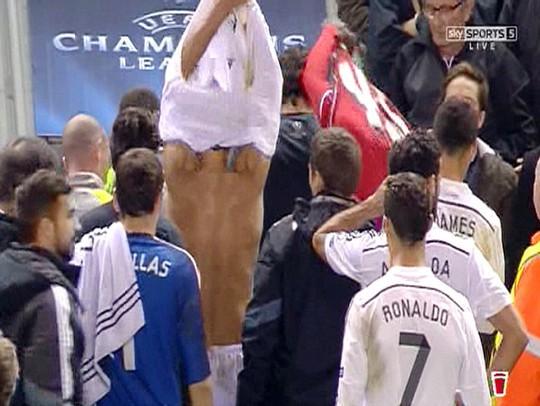 Balotelli và Pepe đổi áo ngay sau hiệp 1 kết thúc