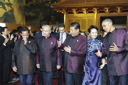 Hàng trên từ trái sang: Quốc vương Brunei Hassanal Bolkiah, Tổng thống Nga Vladimir Putin, Chủ tịch Trung Quốc Tập Cận Bình và phu nhân, Tổng thống Mỹ Barack Obama và Tổng thống Indonesia Joko Widodo. Ảnh: Reuters