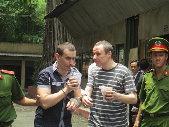 Hai bị cáo nước ngoài vô tư uống nước sau phiên tòa