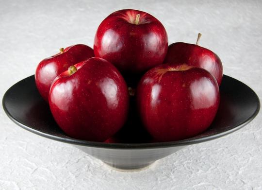 Nhai nuốt hạt táo có thể gây ngộ độc
