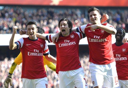 Arsenal có chiến thắng tưng bừng trước Everton với sự tỏa sáng của Ozil (trái) và Giroud (phải)