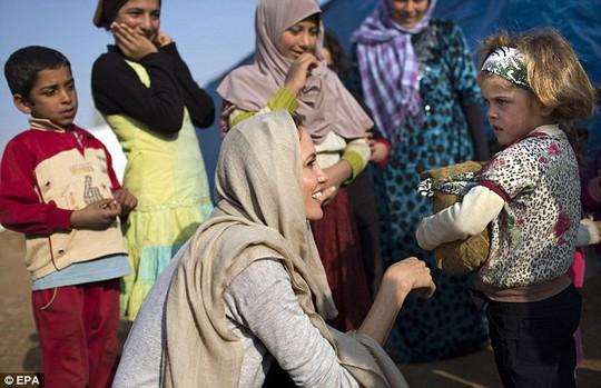 Cô thân thiện thăm trẻ em tị nạn
