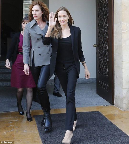 Angelina Jolie tươi tắn đến thăm trẻ tị nạn