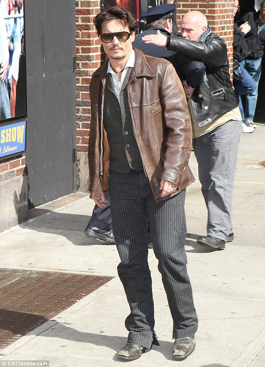 Johnny Depp xuất chào người hâm mộ trước khi xuất hiện trong chương trình The late show with David Letterman diễn ra tại New York-Mỹ ngày 3-4