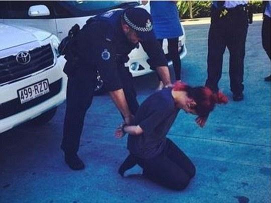 Lily Allen đùa quá trớn khi yêu cầu các nhân viên cảnh sát dàn cảnh giả bắt mình và tung hình lên mạng.