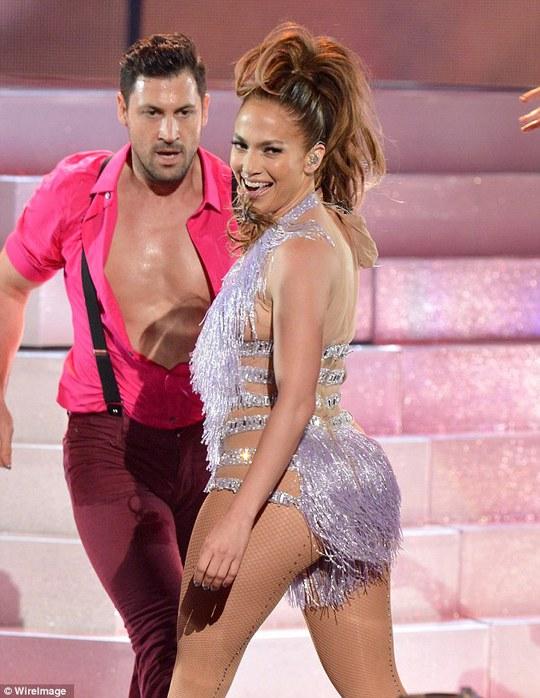 Jennifer Lopez dáng đẹp ngất ngây tuổi 45