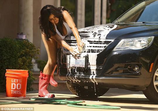 """Ngắm người đẹp """"bé bự"""" diện áo tắm rửa xe"""