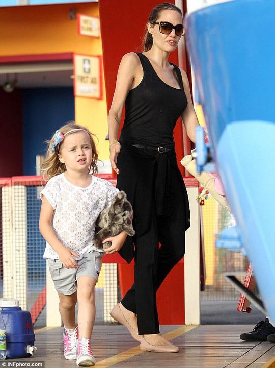 Angelina siêng đưa con đi chơi