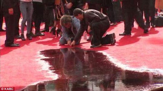 Nước tràn lan trên thảm đỏ