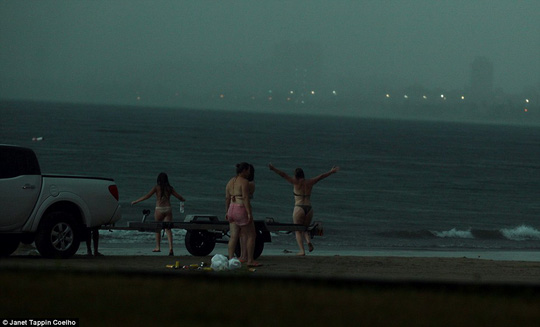 Nạn nhân đi ra biển, giang hai tay trong lúc kêu con lên bờ. Ảnh: Daily Mail