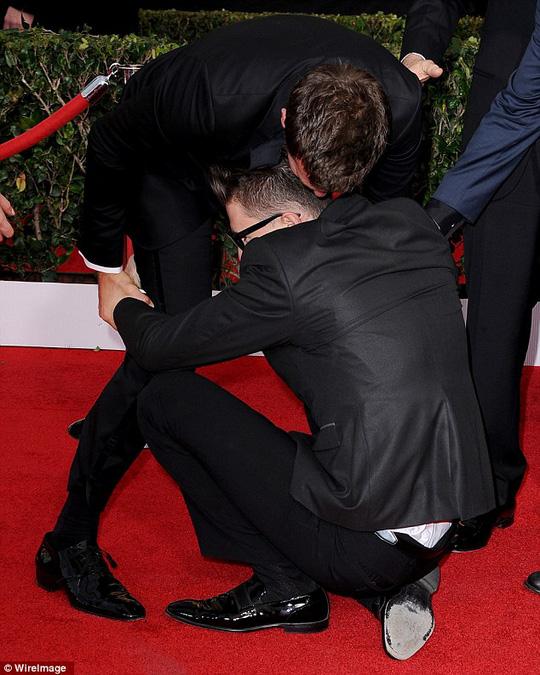 Trước đó, Bradley Cooper từng bị kinh ngạc bởi người hâm mộ cuồng nhiệt anh bày tỏ tình cảm trên thảm đỏ.
