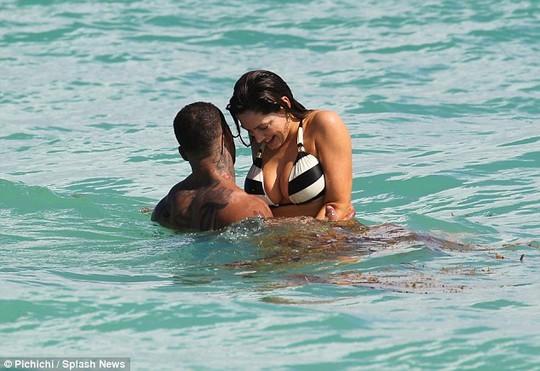 Kelly Brook vui chơi cùng bạn trai trên bãi biển