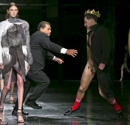 Vitali Sediuk tranh thủ biểu diễn, tạo dáng trước khi bị bảo vệ túm gọn