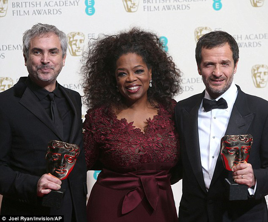 Alfonso Cuaron, Oprah Winfrey và David Heyman chụp ảnh cùng nhau