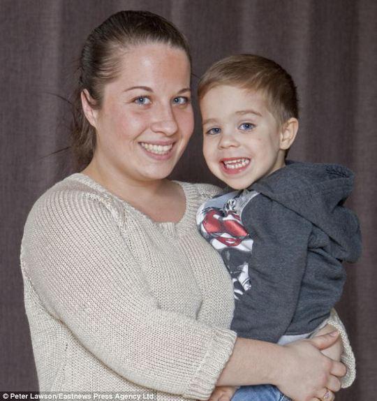 Cô Rhys và bé Finley. Ảnh: Eastnews Press Agency