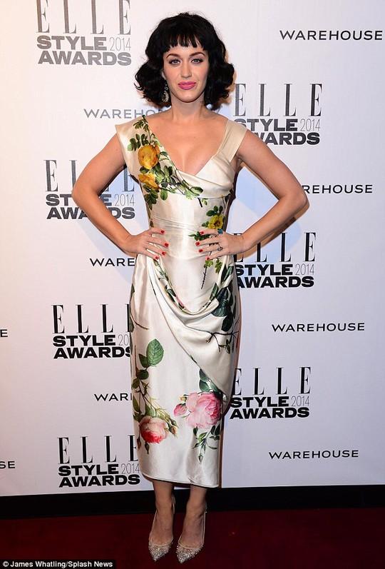Katy Perry mặc đầm gợi cảm đi nhận giải