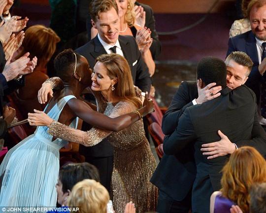 Brad Pitt và Angelina Jolie tình tứ tại Oscar 2014