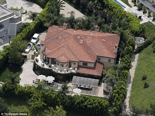 Ngôi nhà Khloe bán cho người khác và dọn dẹp để chuẩn bị giao cho chủ mới