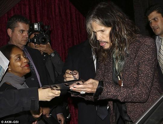 Steven Tyler ký tặng người hâm mộ ngay tiệc đính hôn