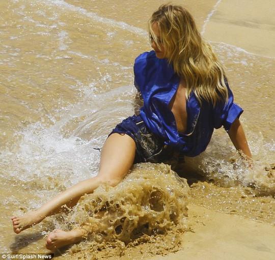Siêu mẫu khoe nội y quyến rũ trên biển