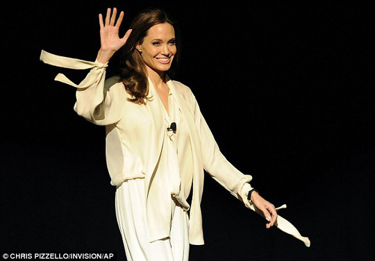 Angelina trông ngày càng gầy