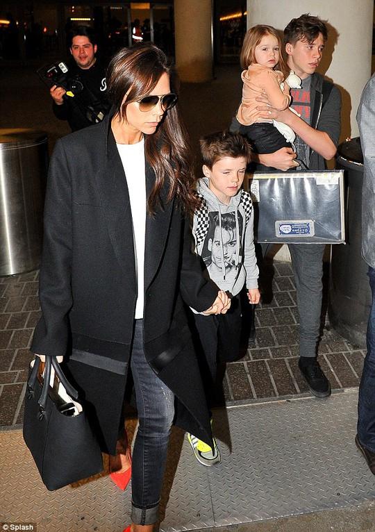 Con trai David Beckham lần đầu làm mẫu ảnh