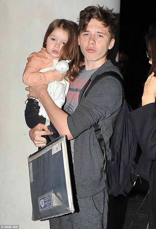 Brooklyn Beckham và em gái