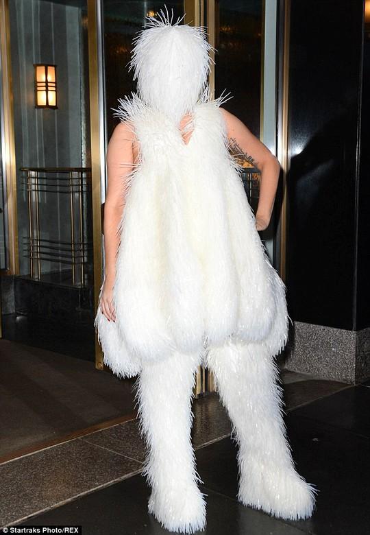 Lady Gaga và phong cách kín mít