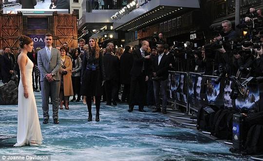 Emma Watson đẹp quyến rũ quảng bá phim