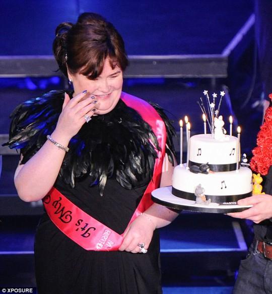 Xúc động vì được đội quản lý mừng sinh nhật ngay trên sân khấu