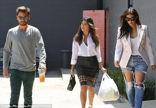 """Kim """"siêu vòng ba"""" táo bạo với mốt jeans rách"""