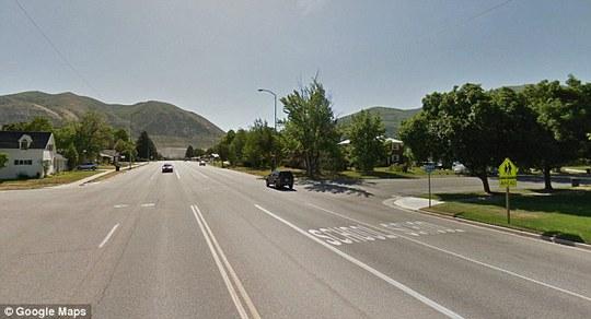 Cậu bé đã băng qua đường ở thành phố Brigham, bang Utah. Ảnh: Daily Mail
