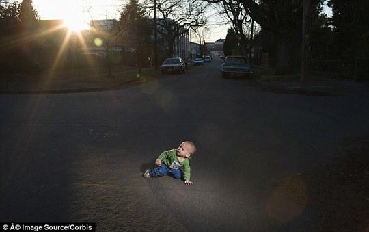 Bé trai 1 tuổi bò ra đường sau khi được chị gái ẵm ra khỏi giường. Ảnh: Stock Photo