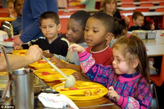 Nhiều học sinh tiểu học vẫn chưa biết tự ăn