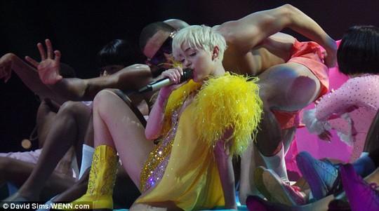 Miley Cyrus đang đi quá giới hạn?