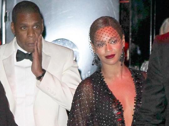 Phản ứng của Jay Z và Beyoncé khi ra khỏi thang máy. Ảnh: X17