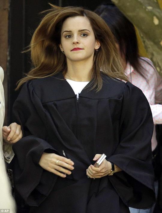 Vệ sĩ giả sinh viên, mang súng bảo vệ Emma Watson