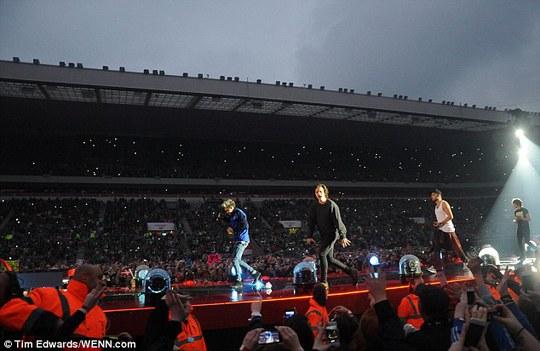 Nhóm One Direction đối mặt cơn bão chỉ trích