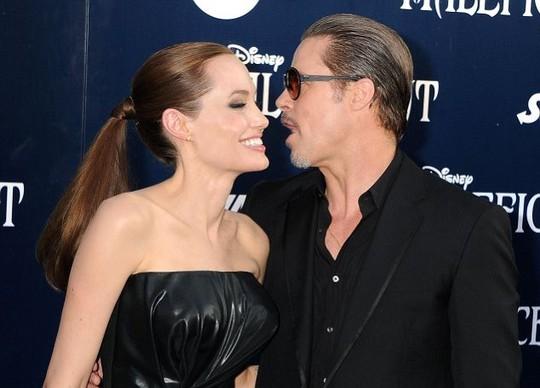 Brad Pitt và Angelina trên thảm xanh